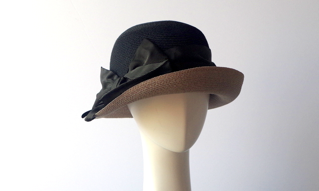19a9bfabe197cb greviのレディースコレクションの中では、シックな18SSの新作すストローハットです。 フィレンツェの郊外でつくられる帽子は全て手づくり。毎シーズン、ヘッドの形やつ  ...